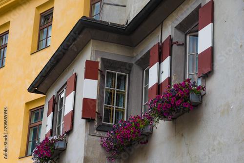 Rot Weiss Rote Fensterladen Mit Blumen In Innsbruck Stock Photo And