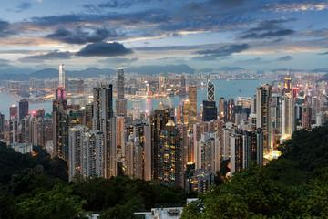 Die bunt beleuchtete Skyline von Hongkong nach Sonnenuntergang am Abend