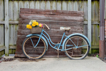 Tuinposter Fiets Shabby blue vintage bike on barnwood background