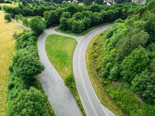 Luftbild einer Landstraße im Wald