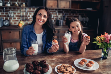 daughter and mother holding cupcakes