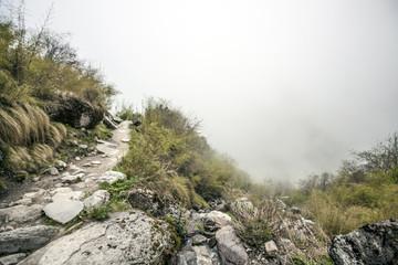 Tiefe Wolken im Himalaya Annapurna Trekking Pfad