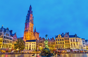Photo sur Aluminium Antwerp The Cathedral of Our Lady and the Silvius Brabo Fountain on the Grote Markt Square in Antwerp, Belgium