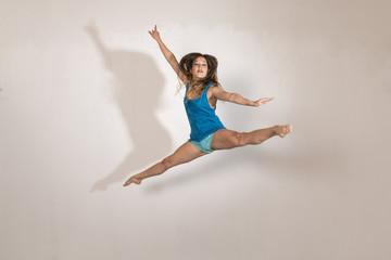 Mujer bailando danza comtemporánea en un estudio de fotografía