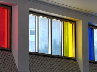 Bunte Fenster in der Eingangshalle des U-Bahnhof Feldstraße im Stadtteil St. Pauli in der Hansestadt Hamburg