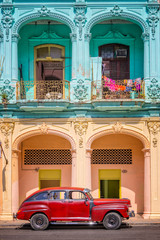 Photo sur Aluminium Havana Classic vintage car and colorful colonial buildings in Old Havana, Cuba