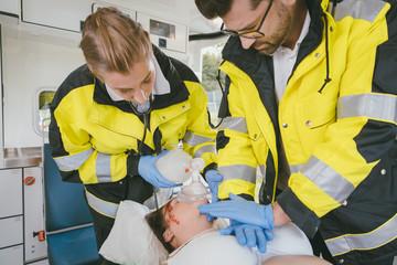 Notärzte bei Wiederbelebung von klinisch toter Frau