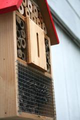 Athmosphärisches Detailbild eines bunten Insektenhotels im Garten hängend