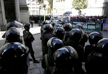 Riot policemen guard the vice presidency building during a meeting of government officials and UPEA (El Alto Public University) representatives in La Paz