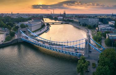 Widok z lotu ptaka na mosty, rzekę oraz zachodzące słońce - Wrocław, Polska