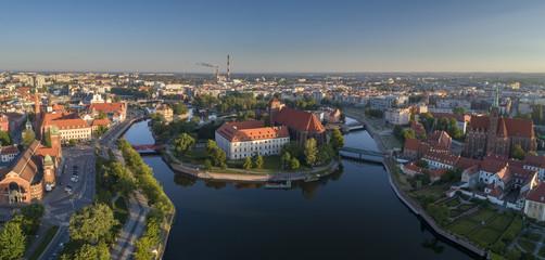 Widok z lotu ptaka na Wyspę Słodową, rzekę oraz zachodnią część miasta - Wrocław, Polska