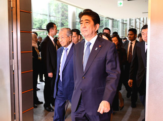 Malaysian Prime Minister Mahathir Mohamad and his Japanese counterpart Shinzo Abe enter the room to hold joint press remarks in Tokyo