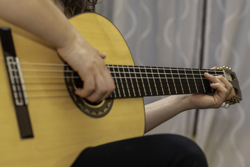 Tocando la guitarra española.