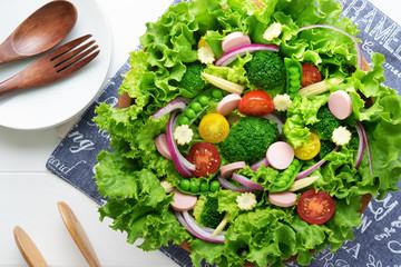 木のサラダボウルに入った野菜サラダ