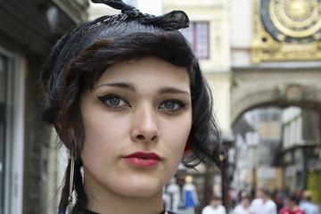 Gros plan horizontal sur le visage d'une jeune fille brune