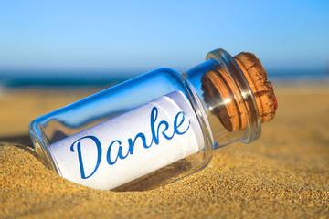 Flaschenpost am Strand: Danke