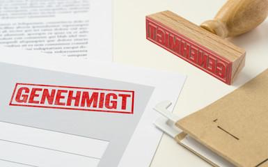 Roter Stempel auf Unterlagen - Genehmigt