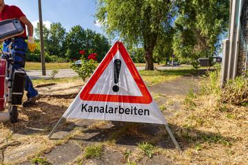 Fotorolgordijn Kanaal Warndreieck , Aufsteller mit der Aufschrift Kanalarbeiten