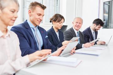 Geschäftsleute arbeiten konzentriert zusammen