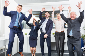 Business Team jubelt glücklich