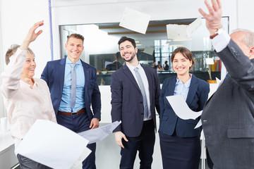 Erfolgreiches Business Team jubelt