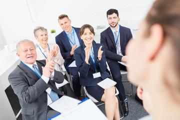 Geschäftsleute im Seminar spenden Applaus