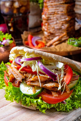 Crunchy pita with grilled gyros meat. Various vegetables and garlic sauce