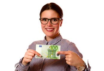 Junge Frau mit 100 Euro