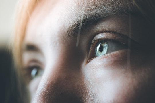 Blaue Augen und Wimpern natürlich, Blick