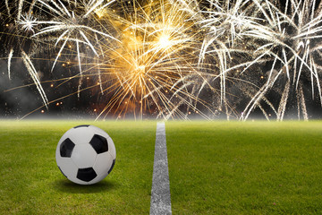 Fußball auf dem Stadion Rasen vor einem Feuerwerk