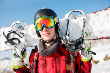 Photo of sports man wearing helmet with snowboard