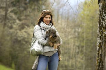 Coppia abbracciata cane e padrona