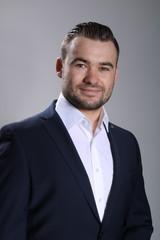 Geschäftsmann mit Bart Bewerbungsfoto