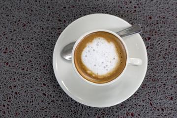Milchkaffee aus der Vogelperspektive