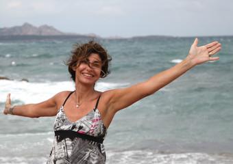 Donna gioiosa al mare