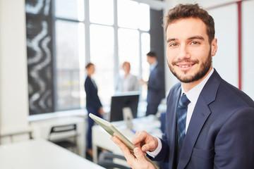 Start-Up Gründer mit Tablet Computer