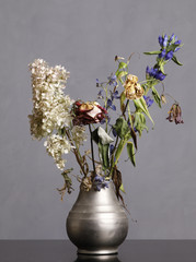 a vase with wilted flowers