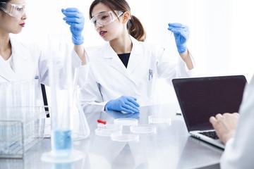 話し合いながら仕事を進める科学者の女性二人
