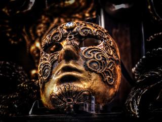 Masque vénicien typique, doré et style rococo