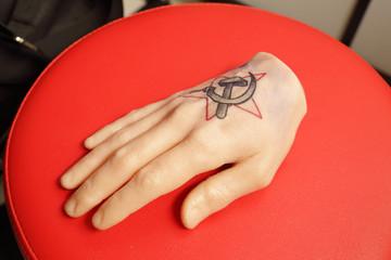 main d'entraînement tatouage artificielle en synthétique