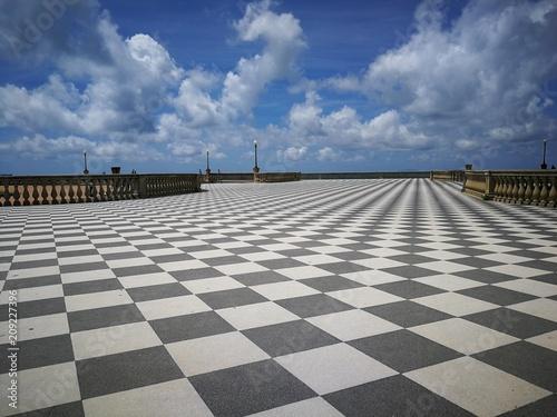 Terrazza con pavimento a scacchiera sotto il cielo; particolare ...