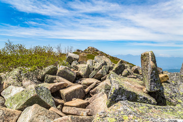 岩だらけの登山道