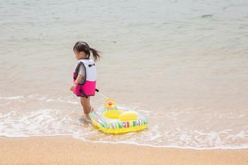 救命胴衣を着用する子供
