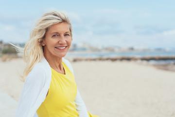attraktive ältere Frau am Strand