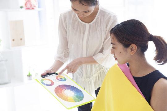 パーソナルカラー診断の色彩表を確認する女性