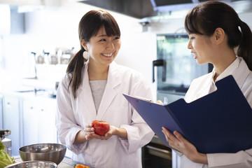 食べ物の栄養を分析している栄養士たち