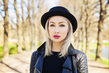 Perfect Woman in Black Hat in Sunny Day, Outdoors Fashion Portrait