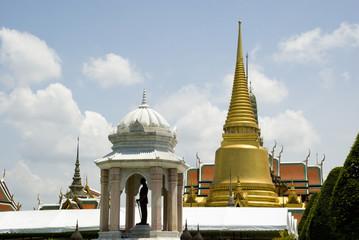 Goldener Turm des Wat Phra Kaew Tempels in Bangkok, Thailand