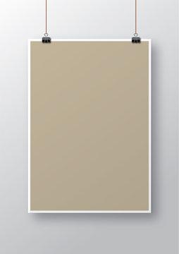 Poster vuoto appeso con clip e ombra sulla parete