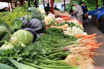 Targowisko z warzywami i owocami w Opolu.